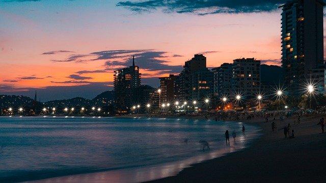 voyage couchée de soleil sur la plage et hôtels