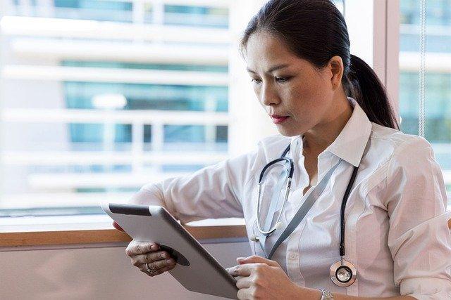 docteur sur tablette