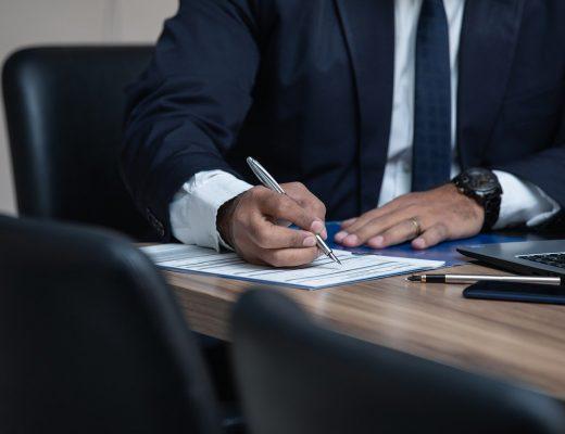 divorce indemnité, avocat qui rempli des papiers
