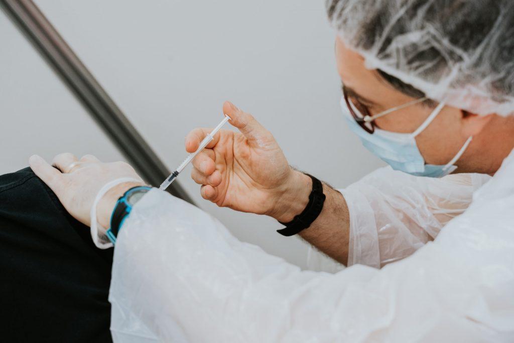 vaccin fait par un docteur